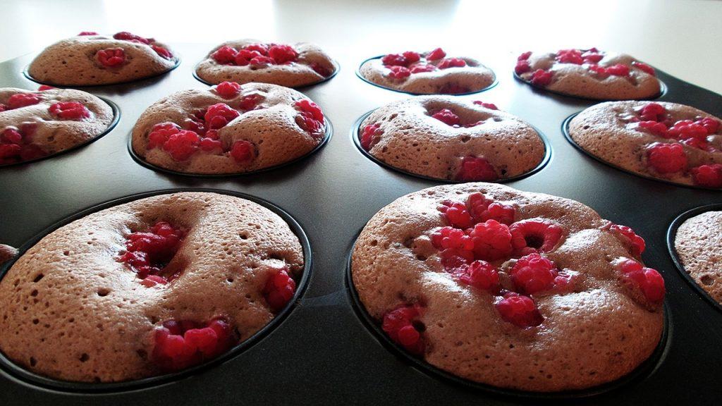 Des muffins à la framboises qui viennent de sortir du four